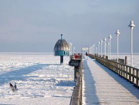 Ein Blick auf die gefrorene Ostsee von der Seebrücke in Zinnowitz