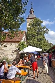 Straßenweinfest in der Kirchenburg in Hüttenheim