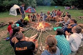 Der Tag klingt gemütlich am Lagerfeuer aus - mit Geschichten und Liedern.