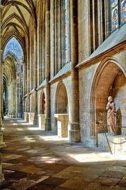 Im Chorumgang des Halberstädter Doms erstrahlen kostbare mittelalterliche Glasmalereien.