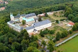 Das Kloster Huyburg liegt malerisch im grünen Harzvorland nahe Halberstadt.